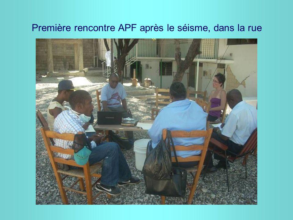 Première rencontre APF après le séisme, dans la rue
