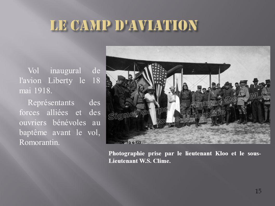 15 Vol inaugural de l'avion Liberty le 18 mai 1918. Représentants des forces alliées et des ouvriers bénévoles au baptême avant le vol, Romorantin. Ph