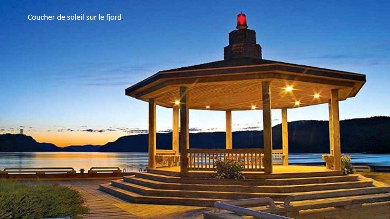 Le fjord du Saguenay constitue un plan d eau facile à naviguer qui offre un panorama à couper le souffle.