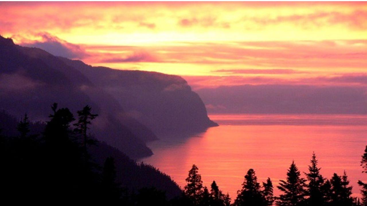 Coucher du soleil sur le fjord. Coucher de soleil sur le fjord.