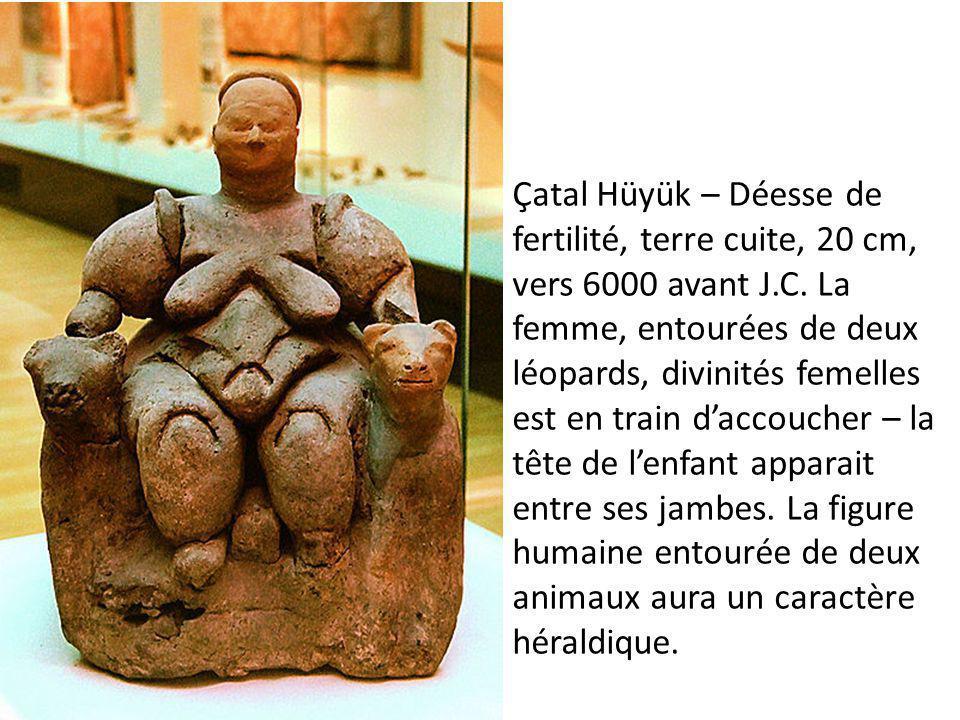 Çatal Hüyük – Déesse de fertilité, terre cuite, 20 cm, vers 6000 avant J.C. La femme, entourées de deux léopards, divinités femelles est en train d'ac