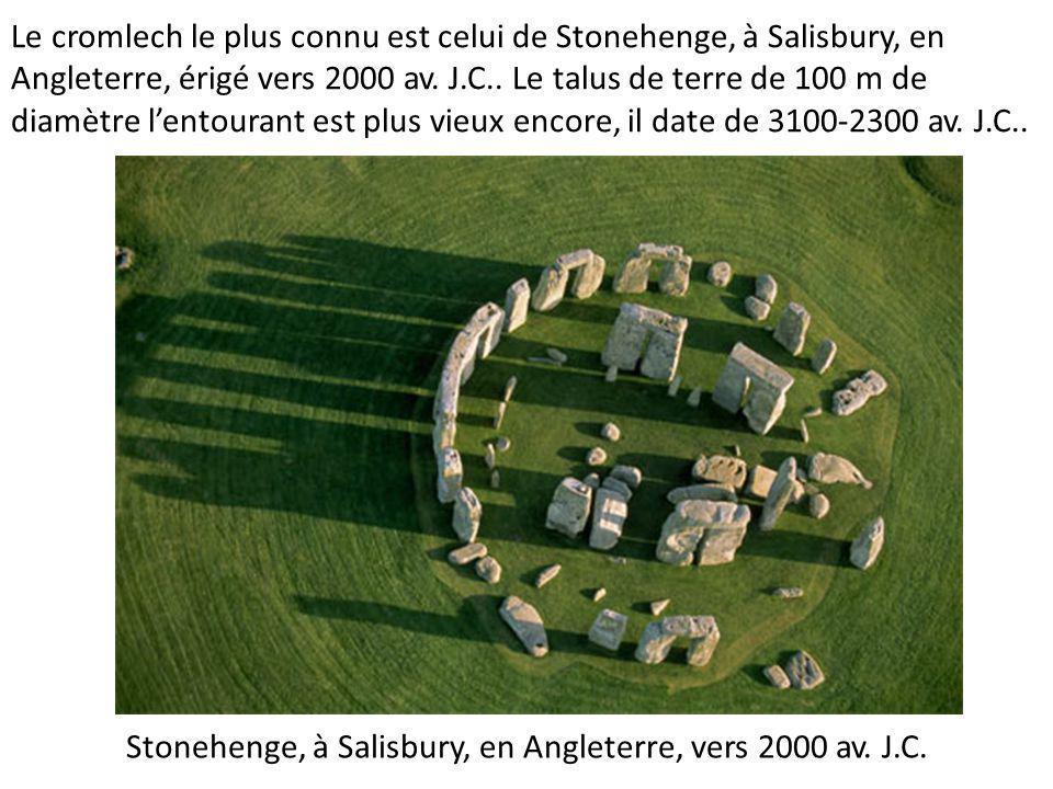 Le cromlech le plus connu est celui de Stonehenge, à Salisbury, en Angleterre, érigé vers 2000 av.