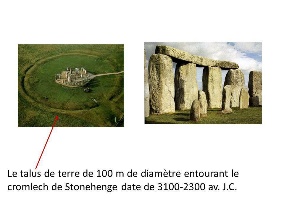 Le talus de terre de 100 m de diamètre entourant le cromlech de Stonehenge date de 3100-2300 av. J.C.