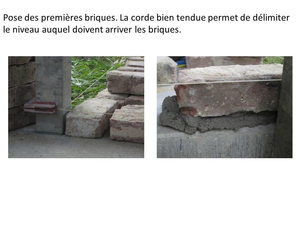 Pose des premières briques.