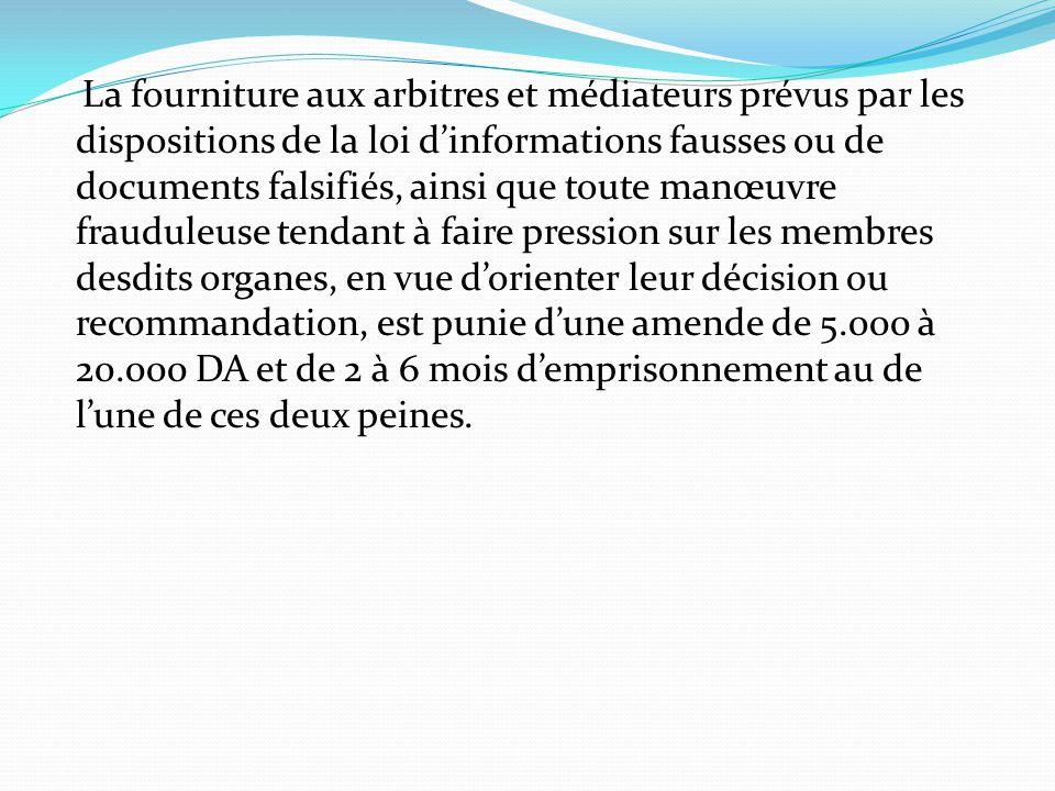 La fourniture aux arbitres et médiateurs prévus par les dispositions de la loi d'informations fausses ou de documents falsifiés, ainsi que toute manœu