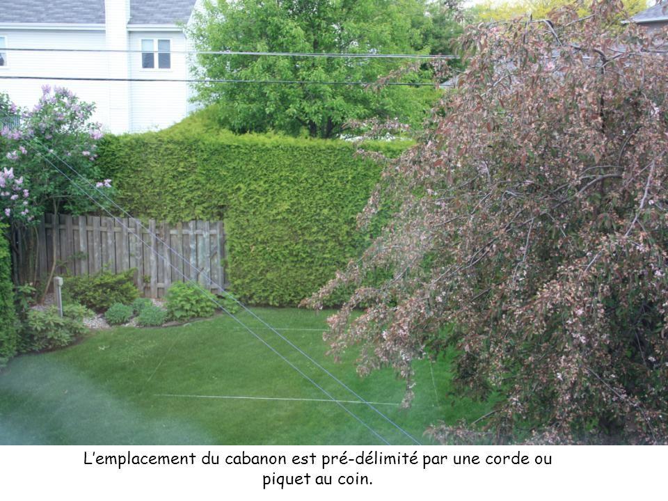 L'emplacement du cabanon est pré-délimité par une corde ou piquet au coin.