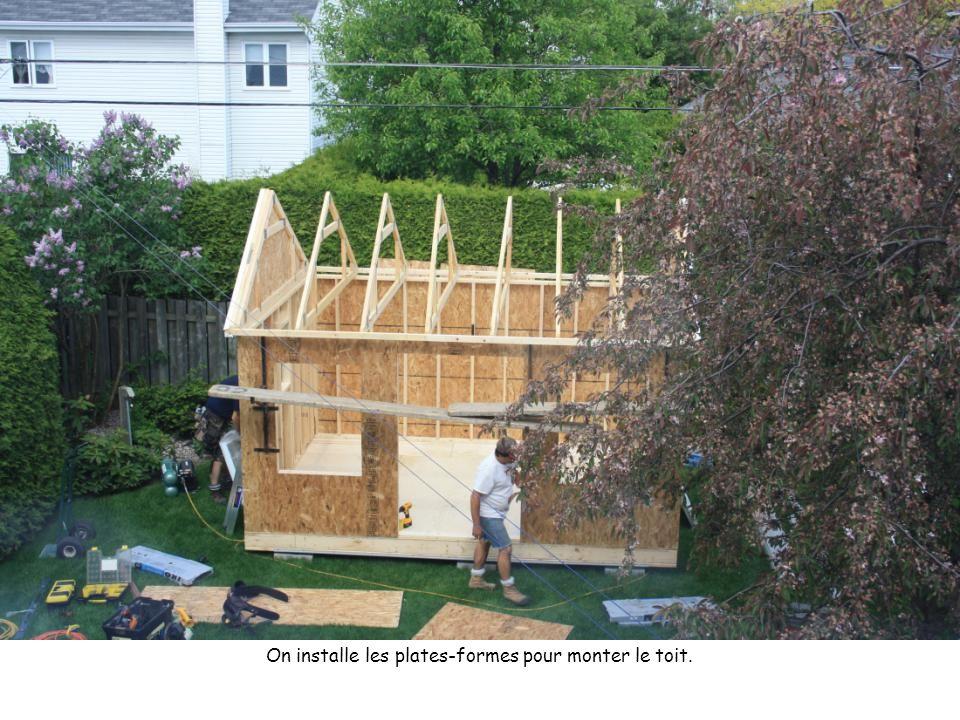 On installe les plates-formes pour monter le toit.