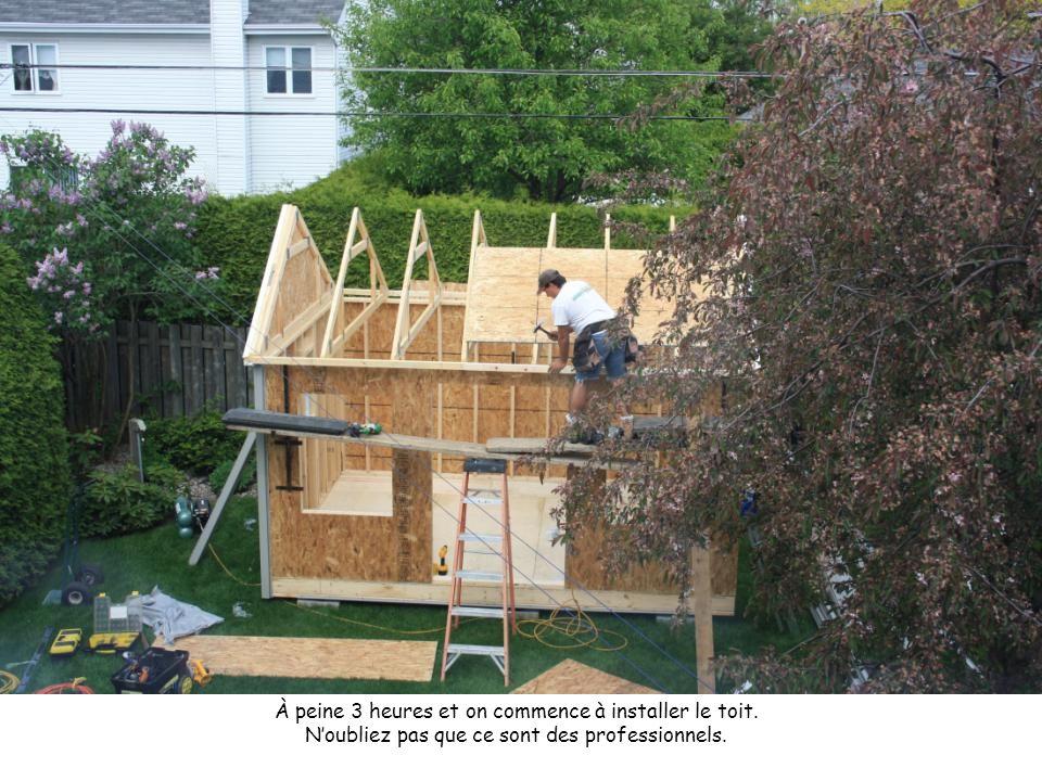 À peine 3 heures et on commence à installer le toit. N'oubliez pas que ce sont des professionnels.