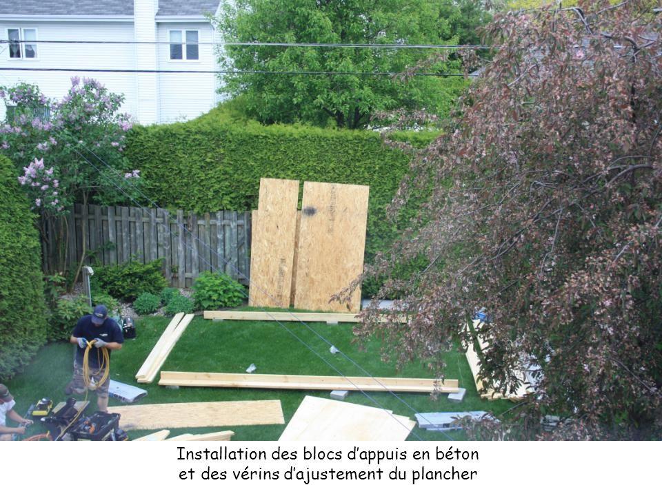 Installation des blocs d'appuis en béton et des vérins d'ajustement du plancher