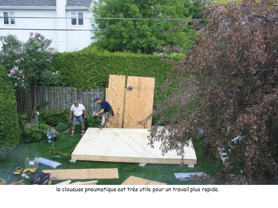 Deux ouvriers sont nécessaires pour installer la porte d'entrée et la mettre de niveau