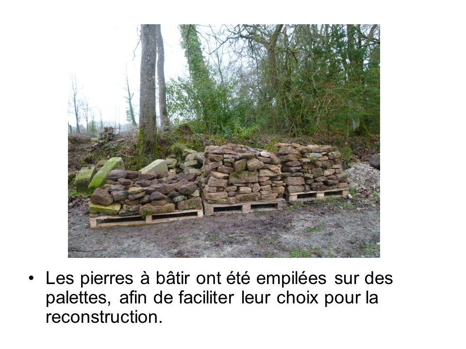 Les pierres à bâtir ont été empilées sur des palettes, afin de faciliter leur choix pour la reconstruction.