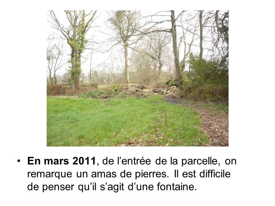 En mars 2011, de l'entrée de la parcelle, on remarque un amas de pierres. Il est difficile de penser qu'il s'agit d'une fontaine.