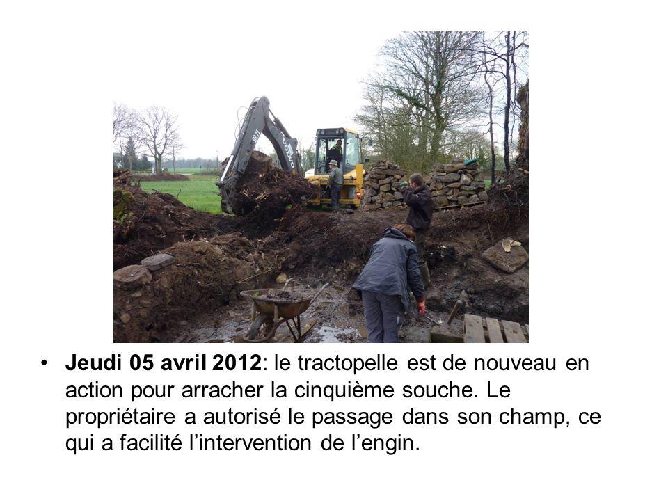 Jeudi 05 avril 2012: le tractopelle est de nouveau en action pour arracher la cinquième souche. Le propriétaire a autorisé le passage dans son champ,