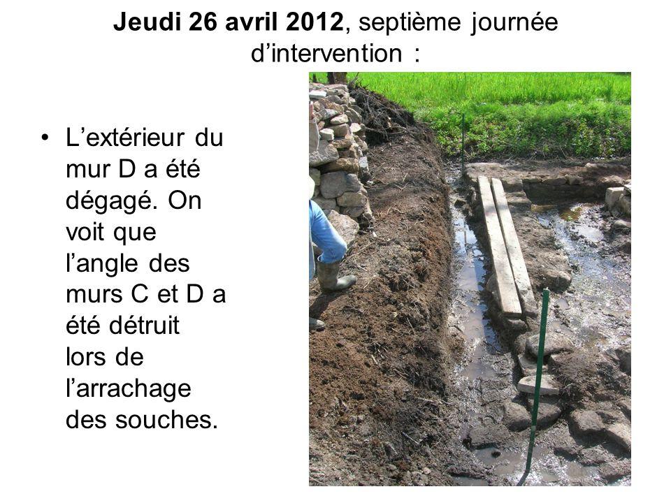 Jeudi 26 avril 2012, septième journée d'intervention : L'extérieur du mur D a été dégagé. On voit que l'angle des murs C et D a été détruit lors de l'