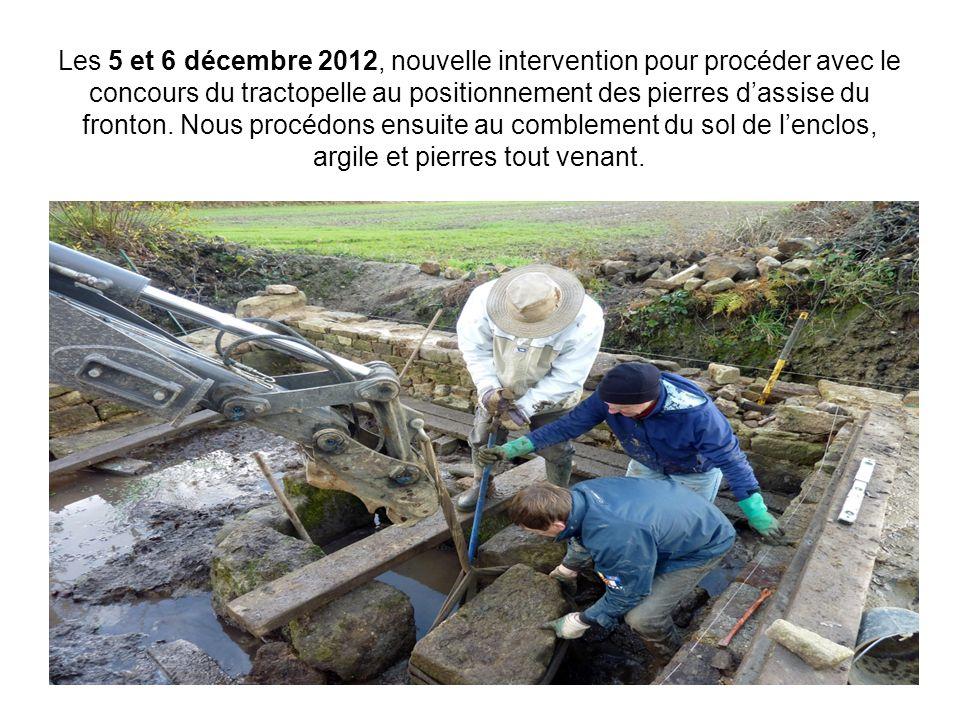 Les 5 et 6 décembre 2012, nouvelle intervention pour procéder avec le concours du tractopelle au positionnement des pierres d'assise du fronton. Nous