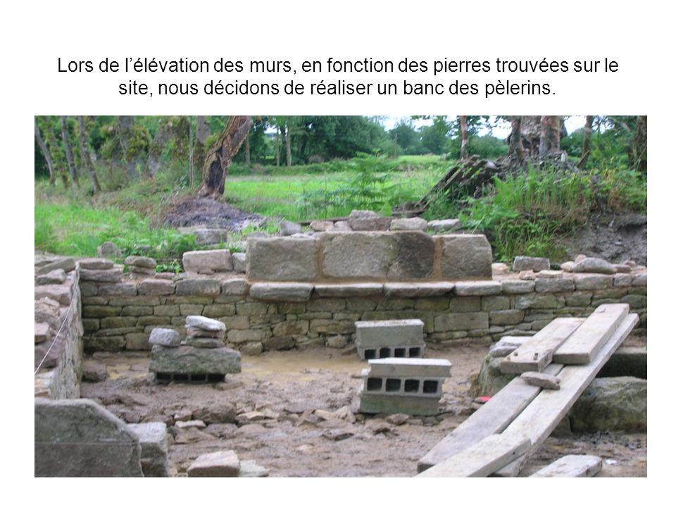 Lors de l'élévation des murs, en fonction des pierres trouvées sur le site, nous décidons de réaliser un banc des pèlerins.