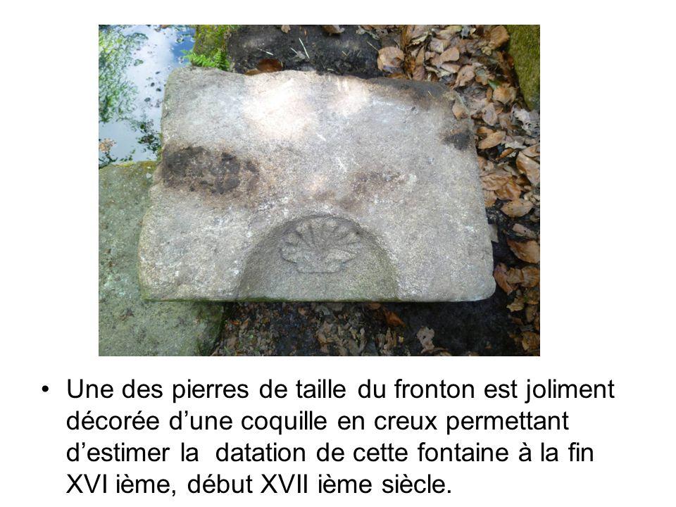 Une des pierres de taille du fronton est joliment décorée d'une coquille en creux permettant d'estimer la datation de cette fontaine à la fin XVI ième