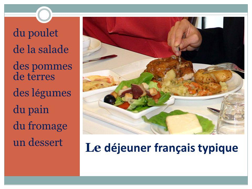 Le déjeuner français typique du poulet de la salade des pommes de terres des l é gumes du pain du fromage un dessert