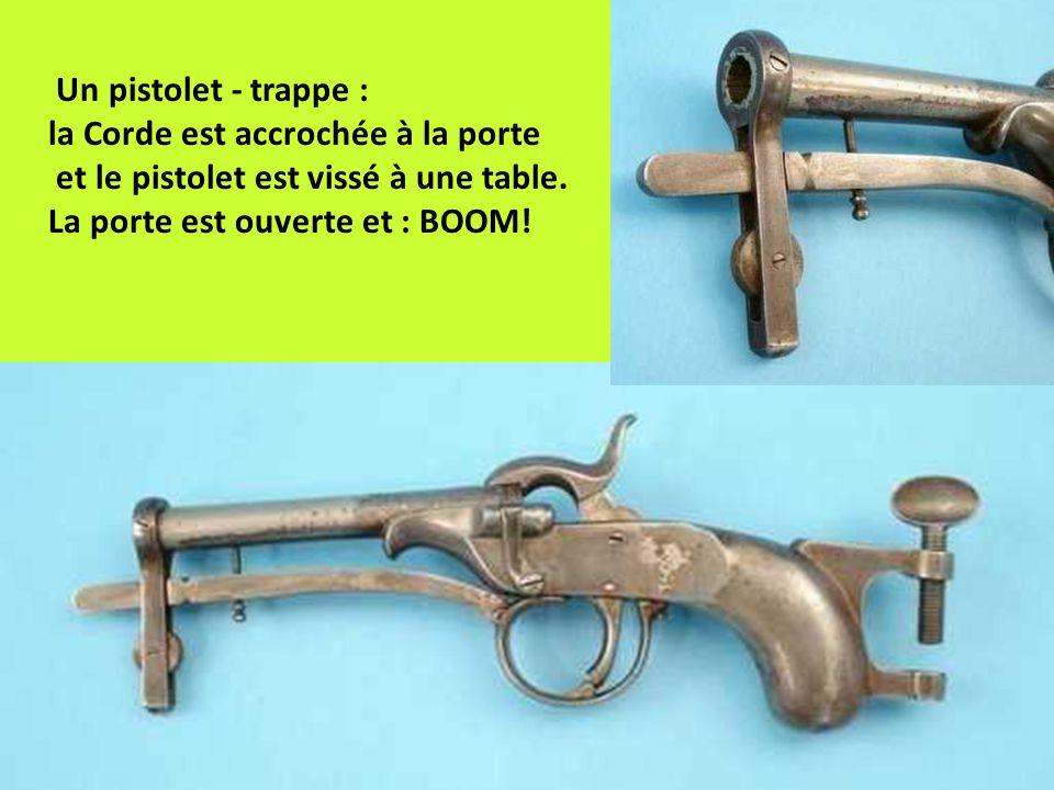 Un pistolet - trappe : la Corde est accrochée à la porte et le pistolet est vissé à une table. La porte est ouverte et : BOOM!