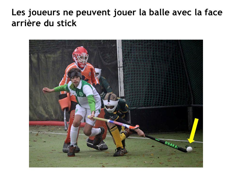 Les joueurs ne peuvent jouer la balle avec la face arrière du stick