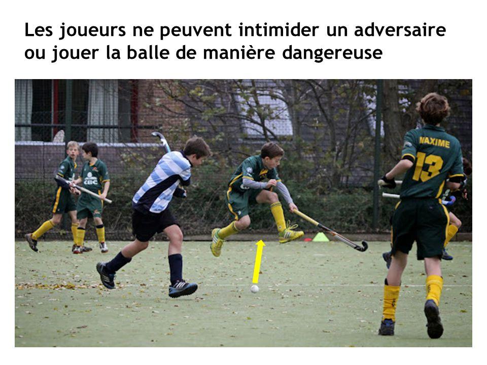 Les joueurs ne peuvent intimider un adversaire ou jouer la balle de manière dangereuse