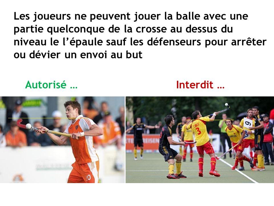 Les joueurs ne peuvent jouer la balle avec une partie quelconque de la crosse au dessus du niveau le l'épaule sauf les défenseurs pour arrêter ou dévi