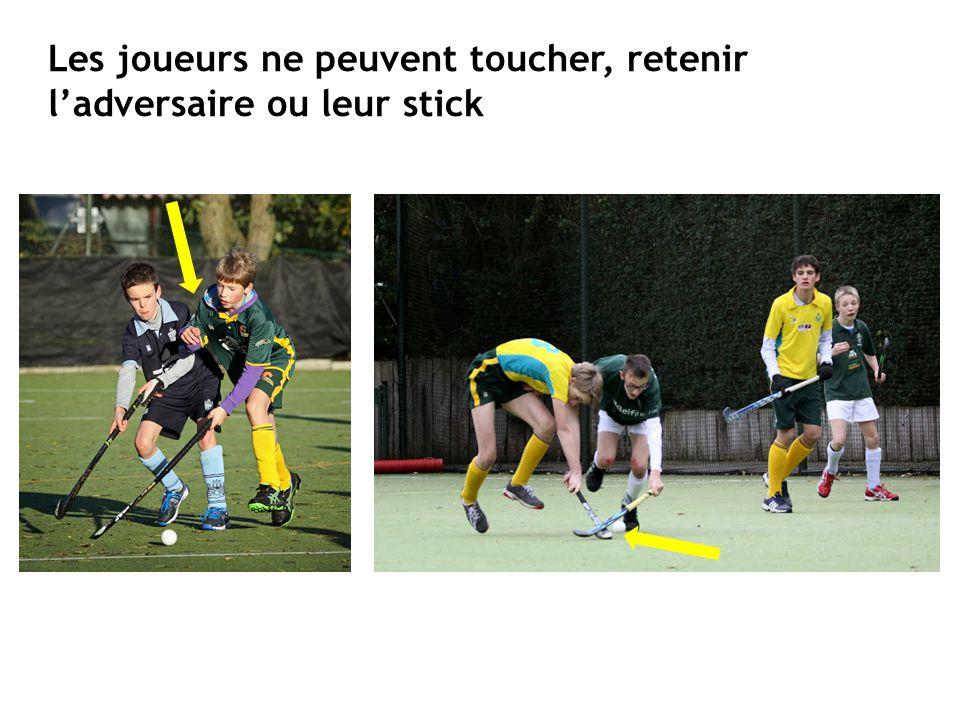 Les joueurs ne peuvent toucher, retenir l'adversaire ou leur stick