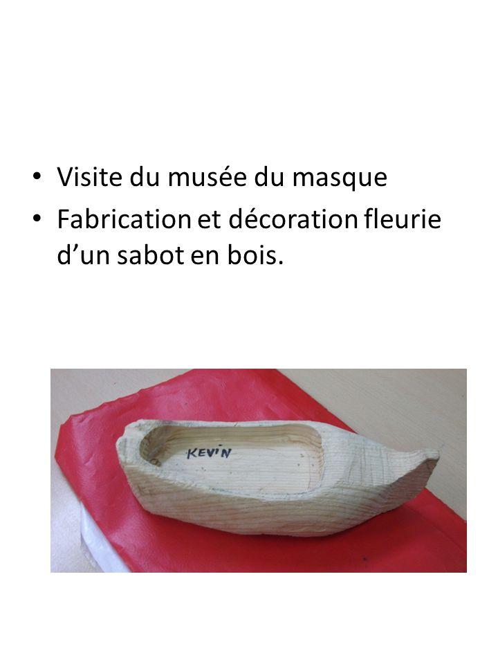 Visite du musée du masque Fabrication et décoration fleurie d'un sabot en bois.