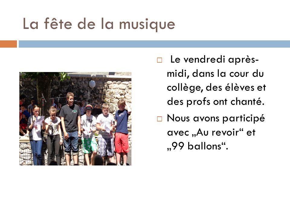 La fête de la musique  Le vendredi après- midi, dans la cour du collège, des élèves et des profs ont chanté.