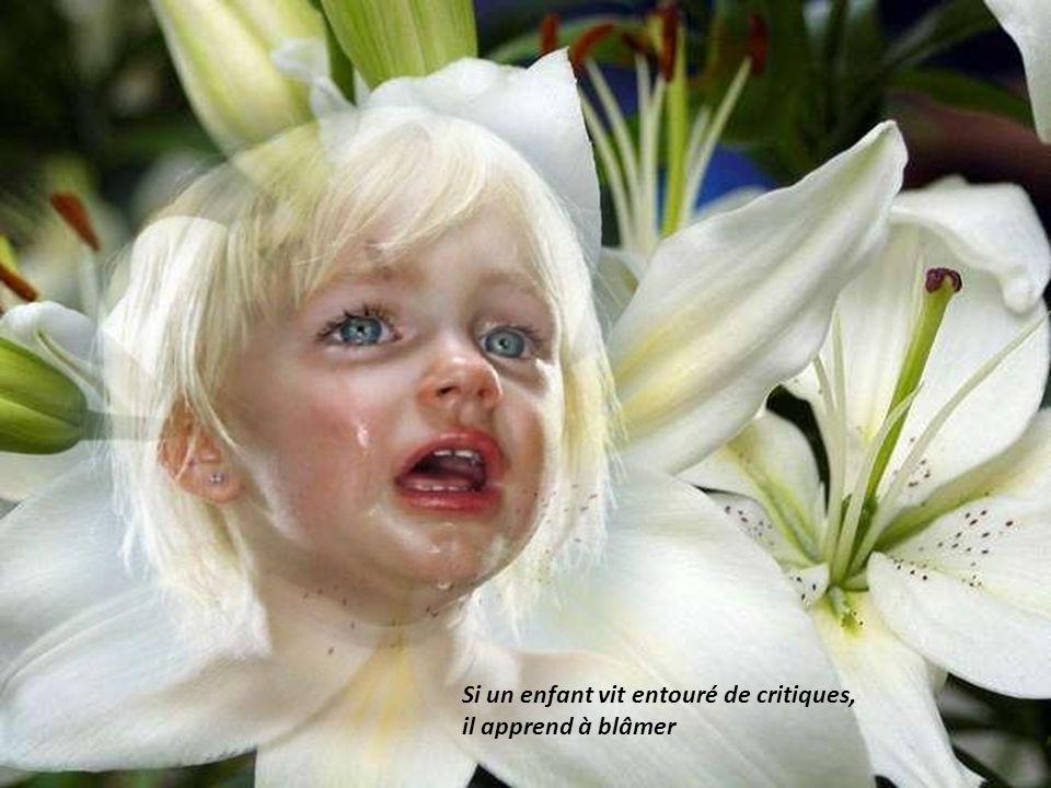 Si un enfant vit dans le ridicule, Il apprend à être gêné.