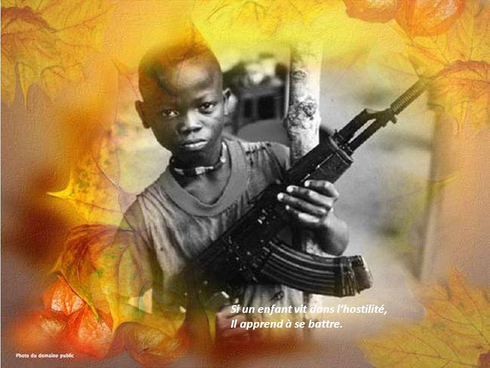 Si un enfant vit dans l'hostilité, Il apprend à se battre.