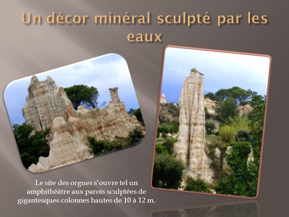 Le site des orgues s'ouvre tel un amphithéâtre aux parois sculptées de gigantesques colonnes hautes de 10 à 12 m.