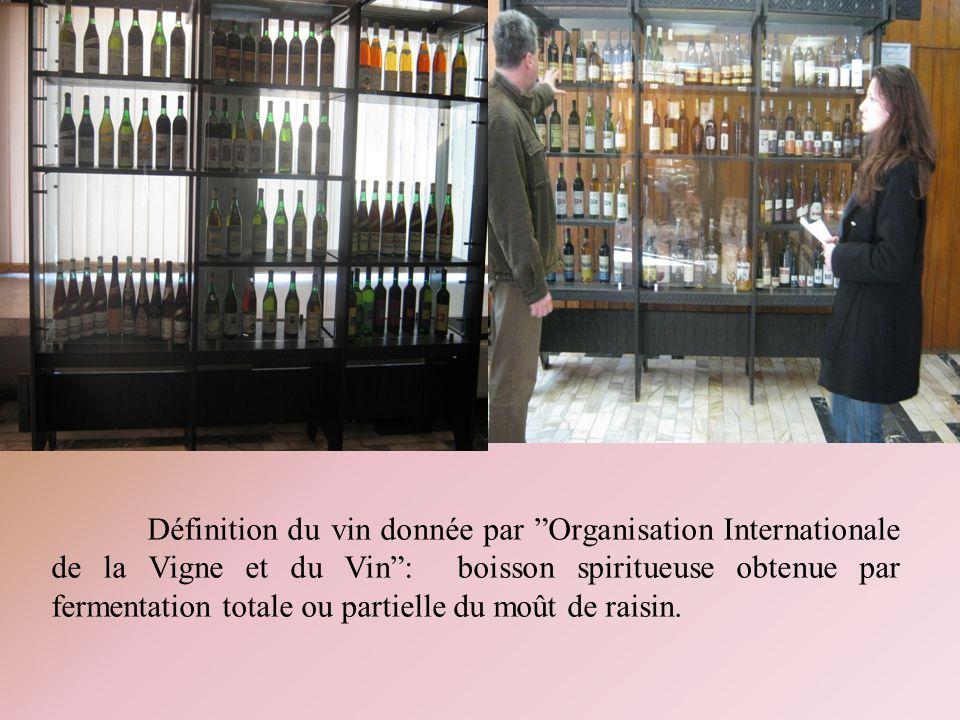 Définition du vin donnée par Organisation Internationale de la Vigne et du Vin : boisson spiritueuse obtenue par fermentation totale ou partielle du moût de raisin.