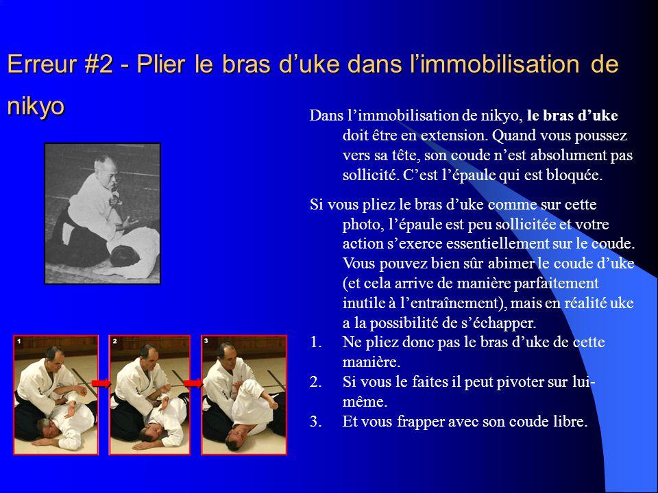 Erreur #2 - Plier le bras d'uke dans l'immobilisation de nikyo Dans l'immobilisation de nikyo, le bras d'uke doit être en extension.
