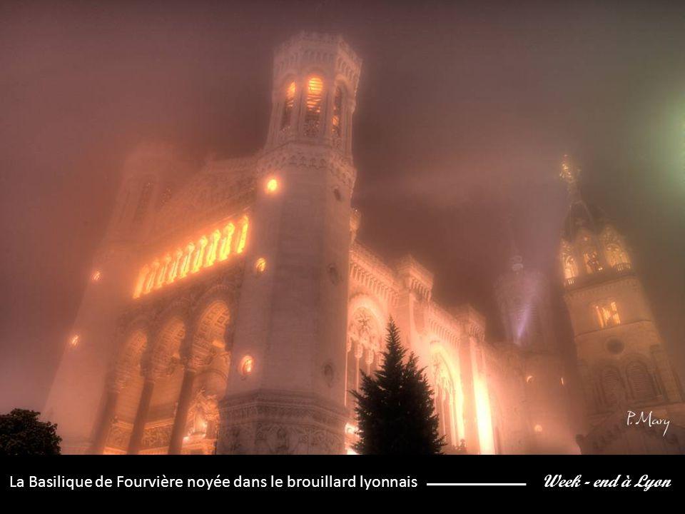 Week - end à Lyon La Basilique de Fourvière noyée dans le brouillard lyonnais