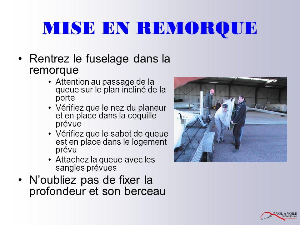 MISE EN REMORQUE Rentrez le fuselage dans la remorque Attention au passage de la queue sur le plan incliné de la porte Vérifiez que le nez du planeur