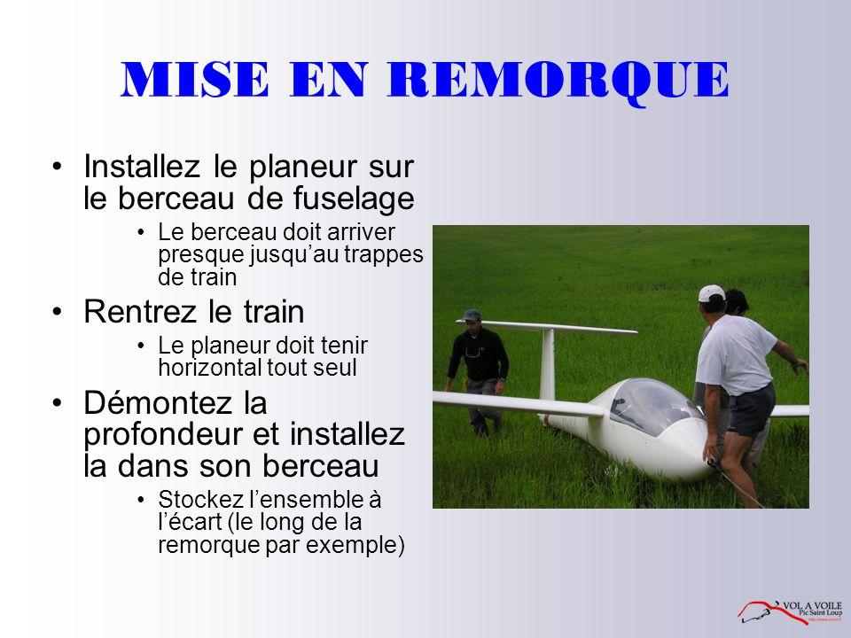 MISE EN REMORQUE Installez le planeur sur le berceau de fuselage Le berceau doit arriver presque jusqu'au trappes de train Rentrez le train Le planeur