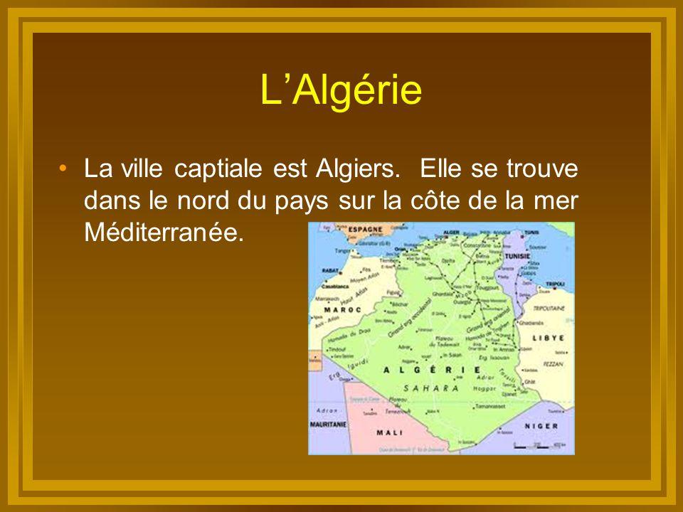 L'Algérie La ville captiale est Algiers. Elle se trouve dans le nord du pays sur la côte de la mer Méditerranée.