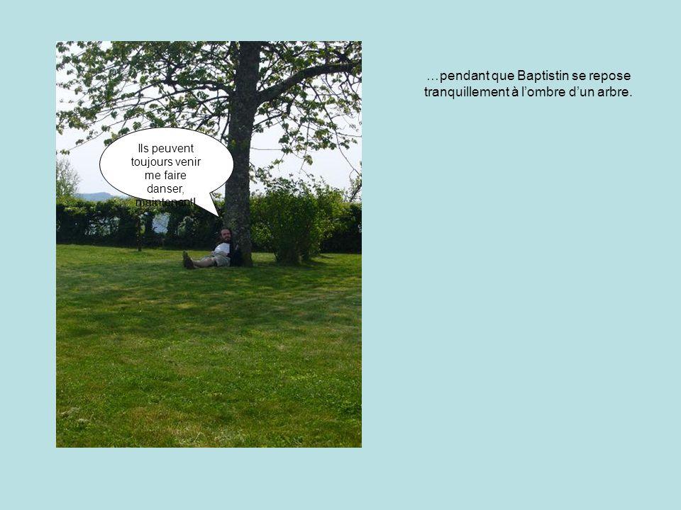 …pendant que Baptistin se repose tranquillement à l'ombre d'un arbre.