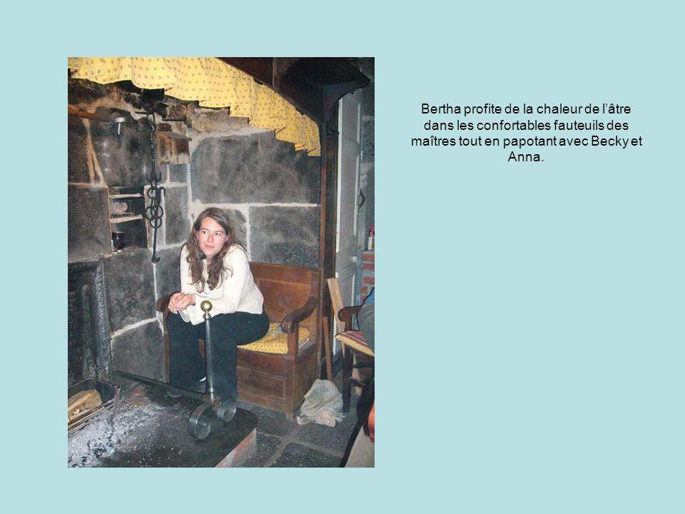 Bertha profite de la chaleur de l'âtre dans les confortables fauteuils des maîtres tout en papotant avec Becky et Anna.