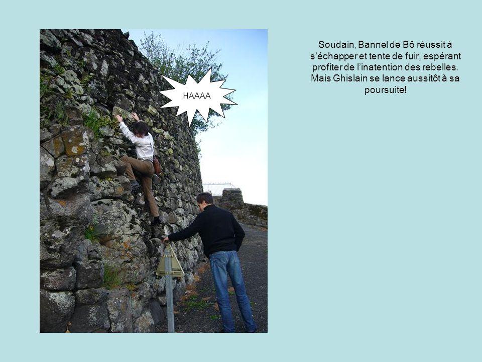 Soudain, Bannel de Bô réussit à s'échapper et tente de fuir, espérant profiter de l'inatention des rebelles.