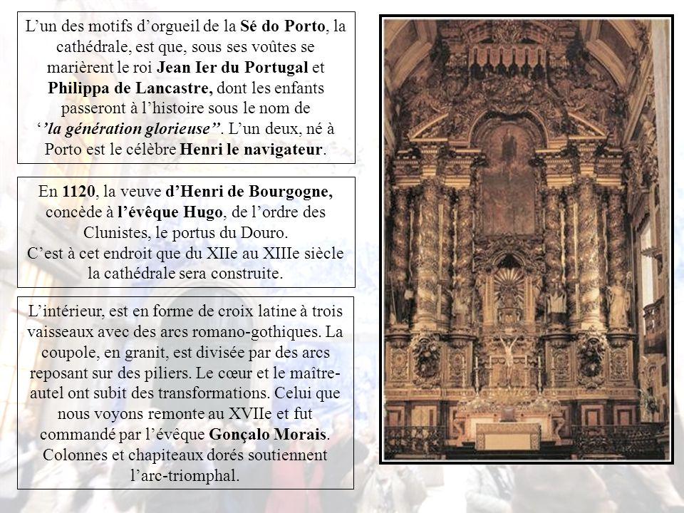 À l'extérieur, semblable à une forteresse, la Cathédrale de Porto domine le versant de la ville tourné vers la mer.