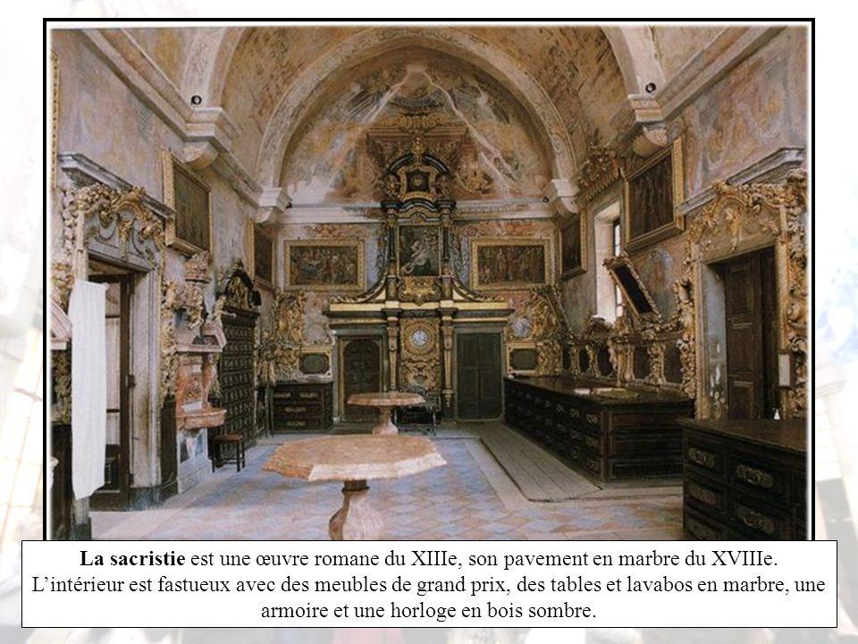 La porte d'angle du transept méridional s'ouvre sur le cloître gothique du XIVe siècle décoré d'azulejos datant du XVIIIe représentant des épisodes de l'histoire de la vierge et les Métamorphoses d' Ovide