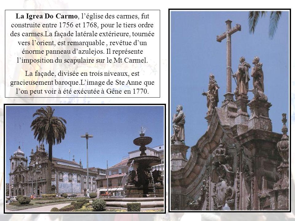 La sacristie est une œuvre romane du XIIIe, son pavement en marbre du XVIIIe.