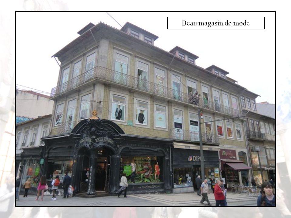 Le monument à Dom Henrique, se dresse au milieu d'un jardin portant le même nom, face à l'ancien marché Ferreira Borges, œuvre remarquable datant de 1885, à l'époque de l'architecture de verre et de fer.