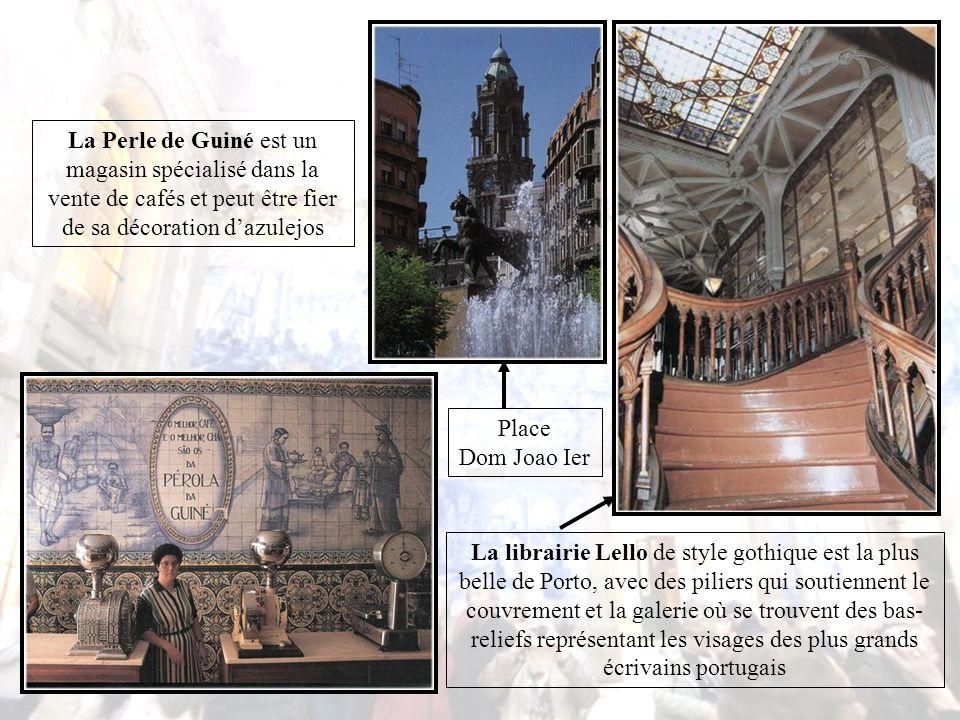 La place de la Liberté fut réalisée grâce à l'évêque Dom Tomas de Almeida, avec la statue équestre de Dom Pedro V et au fond l'ancien couvent Dos Loios, acheté par un riche portugais.