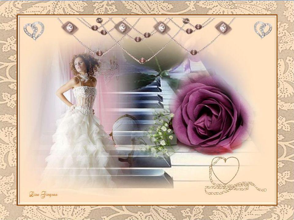 Par ce temps exquis et merveilleux, Fagotée frivolement, son cœur est heureux; Cette jolie femme aime jouer du piano Sur les fantaisies d'un jour nouv