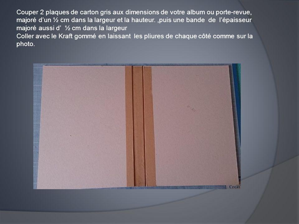 Couper 2 plaques de carton gris aux dimensions de votre album ou porte-revue, majoré d'un ½ cm dans la largeur et la hauteur.,puis une bande de l'épai