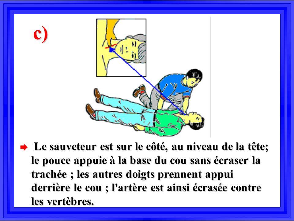 c) è Le sauveteur est sur le côté, au niveau de la tête; le pouce appuie à la base du cou sans écraser la trachée ; les autres doigts prennent appui d