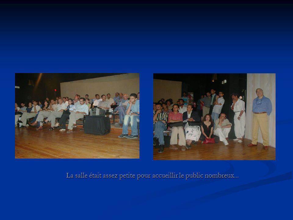 La salle était assez petite pour accueillir le public nombreux...